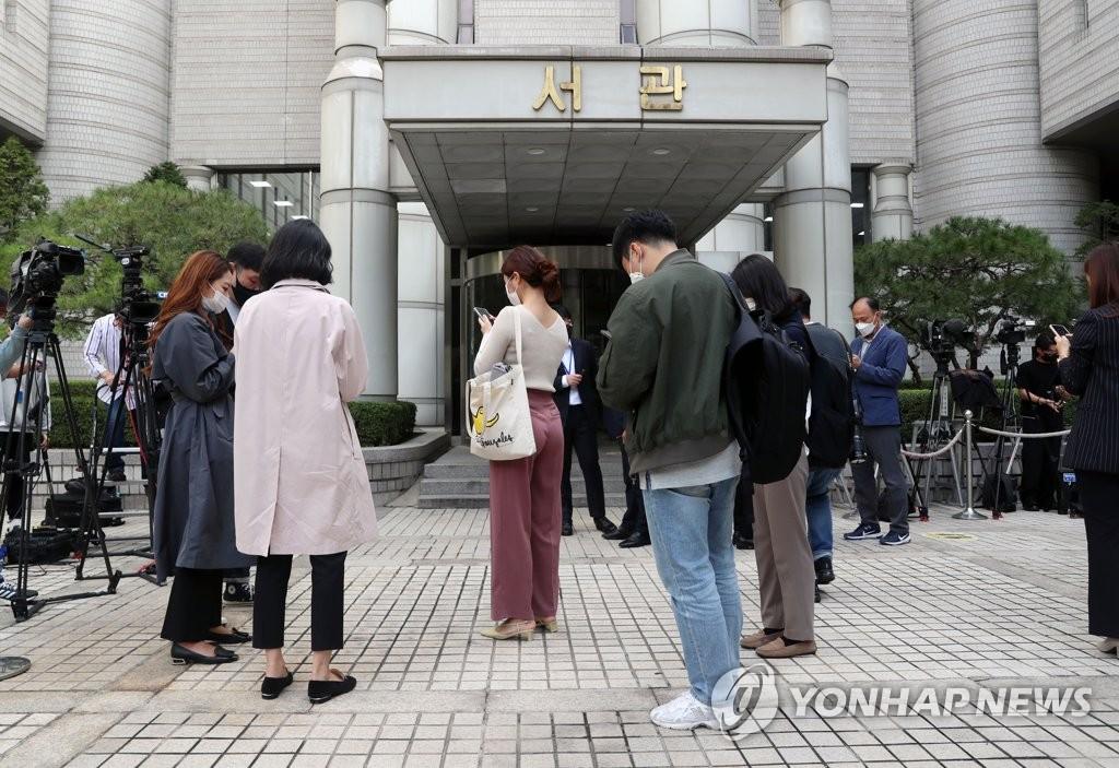 10月12日,在首爾中央地方法院前,媒體記者等待張龍俊出席逮捕必要性審查。張龍俊當天缺席逮捕前必要性審查。 韓聯社/聯合攝影團
