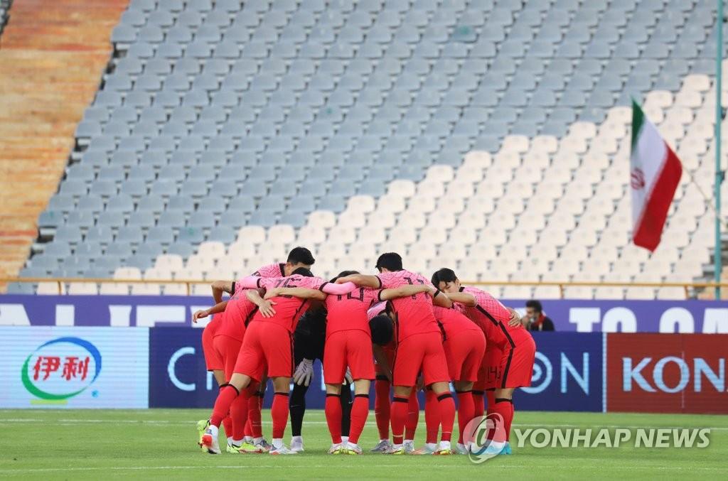 10月12日,在伊朗德黑蘭阿扎迪球場,2022卡達世界盃亞洲區預選賽第三階段(12強賽)A組第4輪南韓客場對戰伊朗的比賽即將開始。圖為選手們聚在一起加油鼓勁。 韓聯社