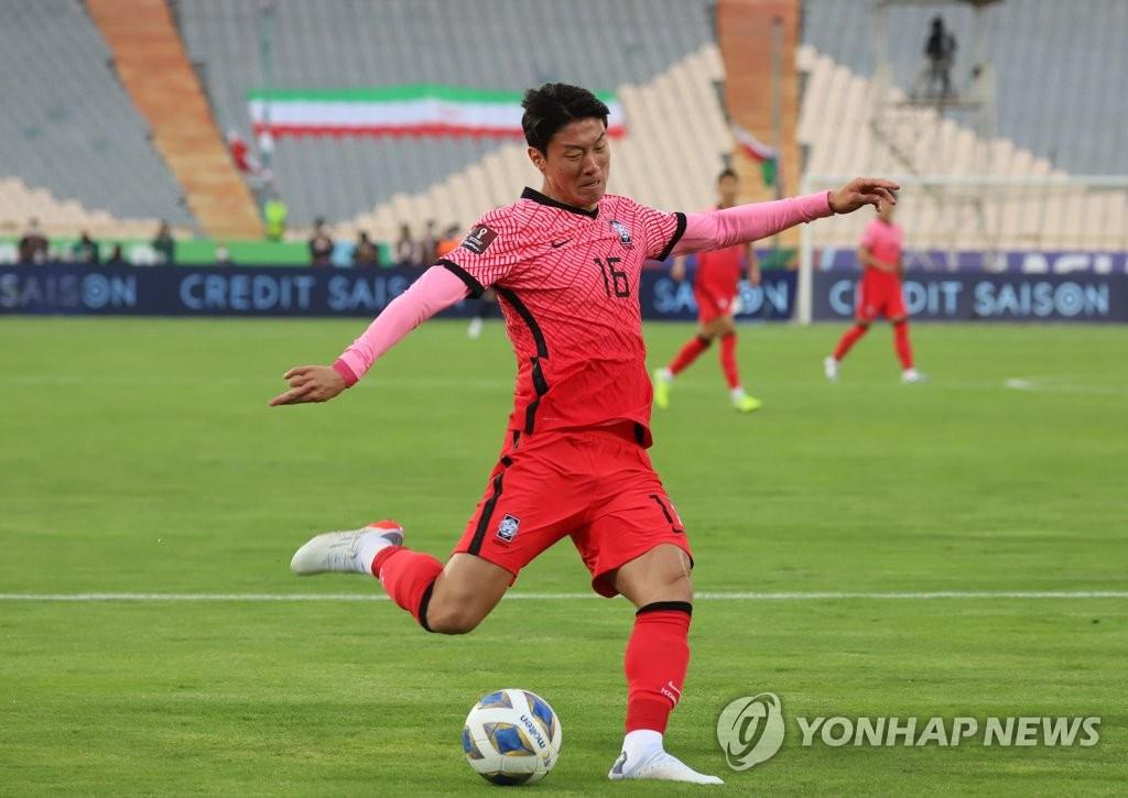 10月12日,在伊朗德黑蘭阿扎迪球場,黃義助在世預賽A組第4輪南韓客場對戰伊朗的比賽上抬腳射門。 韓聯社