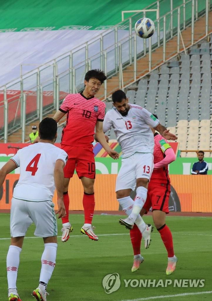 10月12日,在伊朗德黑蘭阿扎迪球場,李在成在世預賽A組第4輪南韓客場對戰伊朗的比賽上用頭球攻門。 韓聯社