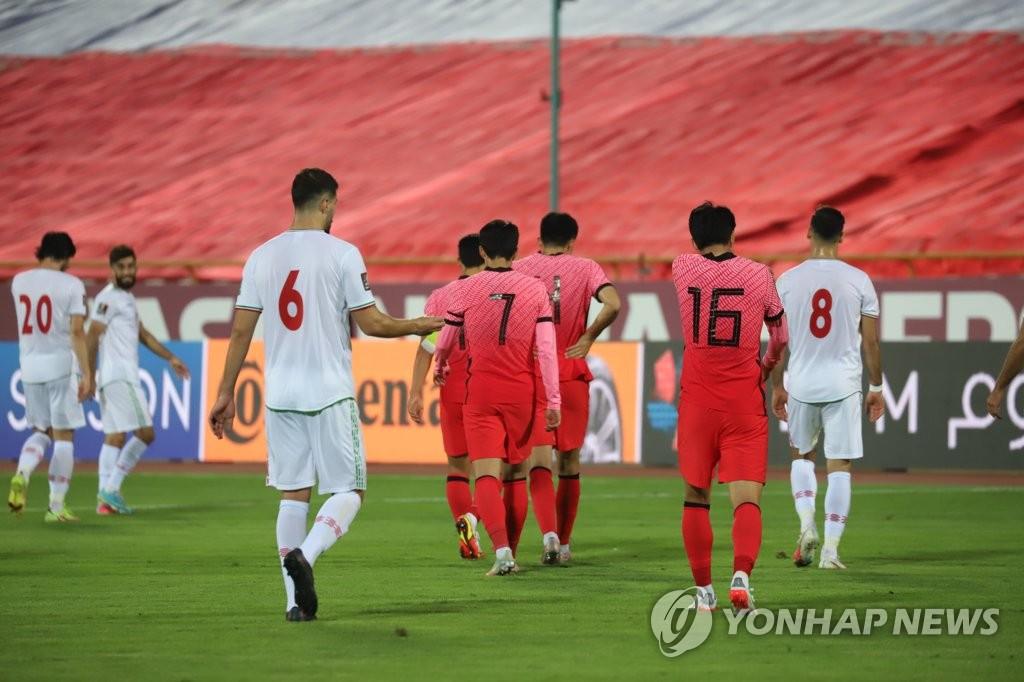 10月12日,在伊朗德黑蘭阿扎迪球場,2022卡達世界盃亞洲區預選賽第三階段(12強賽)A組第4輪南韓客場對戰伊朗的比賽最終以1-1戰平。圖為選手們賽後準備離場。 韓聯社