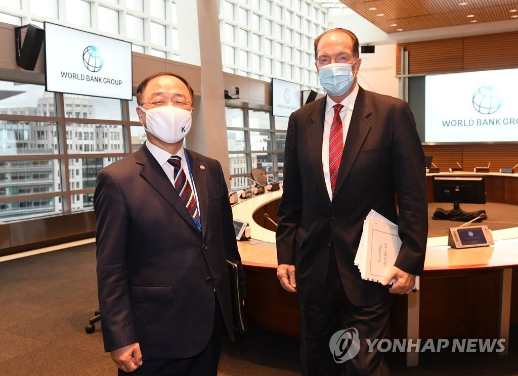 當地時間10月12日,正在華盛頓訪問的南韓副總理兼企劃財政部長官洪楠基(左)會見世界銀行總裁戴維·馬爾帕斯。 韓聯社/企劃財政部供圖(圖片嚴禁轉載複製)