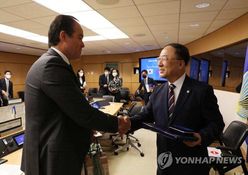 當地時間10月12日,正在華盛頓訪問的南韓副總理兼企劃財政部長官洪楠基(右)會見美洲開發銀行行長毛�埵頞�·克拉韋爾-卡羅內。 韓聯社/企劃財政部供圖(圖片嚴禁轉載複製)