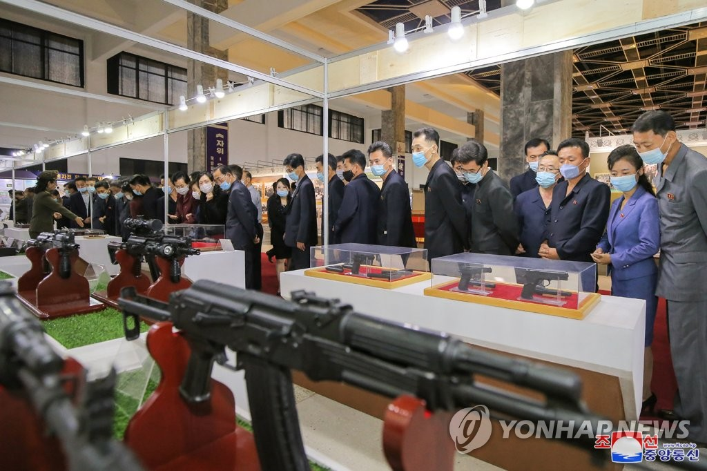 據朝中社10月14日報道,朝鮮各界人士踴躍參觀紀念勞動黨建黨76週年的國防發展展覽會。 韓聯社/朝中社(圖片僅限南韓國內使用,嚴禁轉載複製)