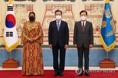 文在寅與迦納駐韓大使合影