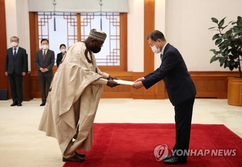 文在寅接受尼日利亞大使國書
